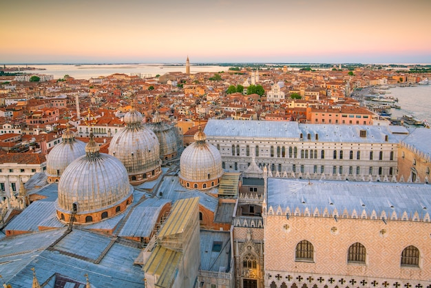 Vista da cidade de veneza vista de cima na itália ao pôr do sol
