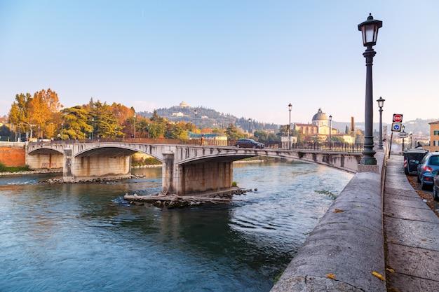 Vista da cidade de verona com dom santa maria matricolare e ponte romana ponte pietra no rio adige em verona. itália. europa.