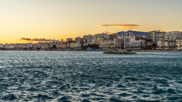 Vista da cidade de villajoyosa de seu porto de pesca ao pôr do sol, alicante, espanha.