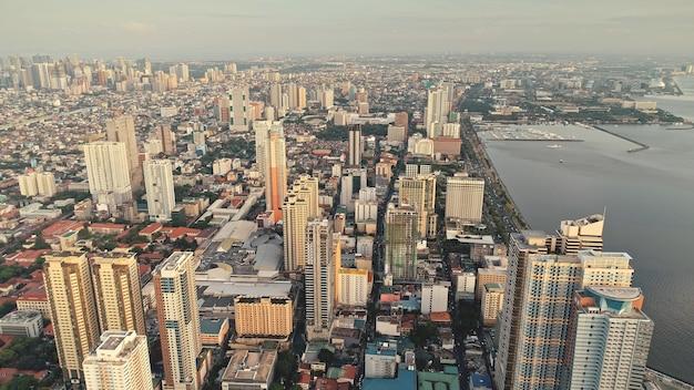 Vista da cidade do cais de manila na antena da baía do oceano