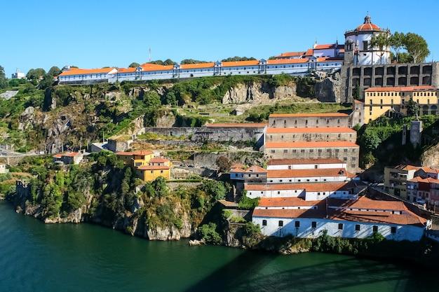 Vista da cidade do porto, rio douro com o seu antigo barco e as suas típicas casas coloridas à beira-mar. portugal. europa.