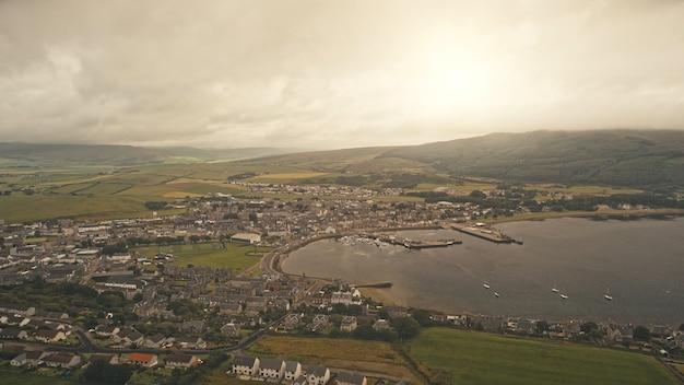 Vista da cidade do sol da cidade portuária na rodovia de tráfego aéreo da baía do mar com carros dirigindo na costa do oceano moderna