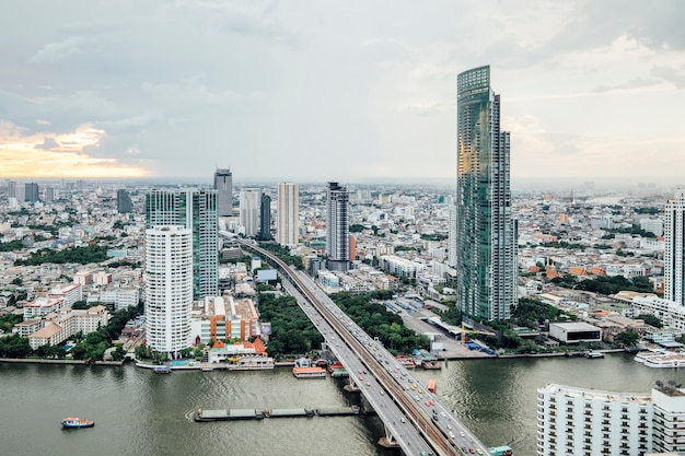 Vista da cidade e construção em bangkok, tailândia