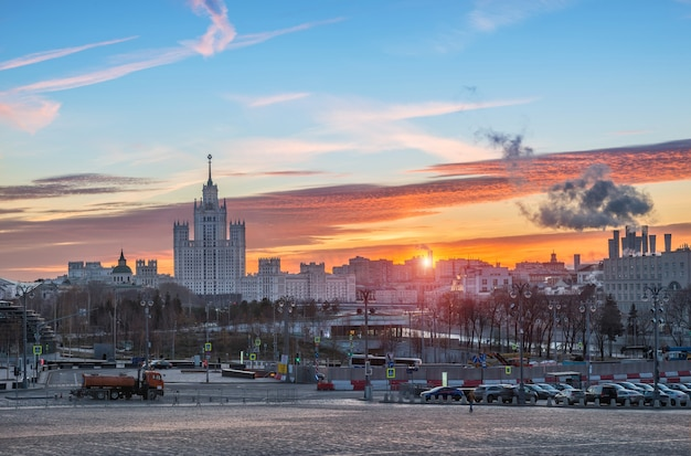 Vista da cidade e do arranha-céu na barragem de kotelnicheskaya