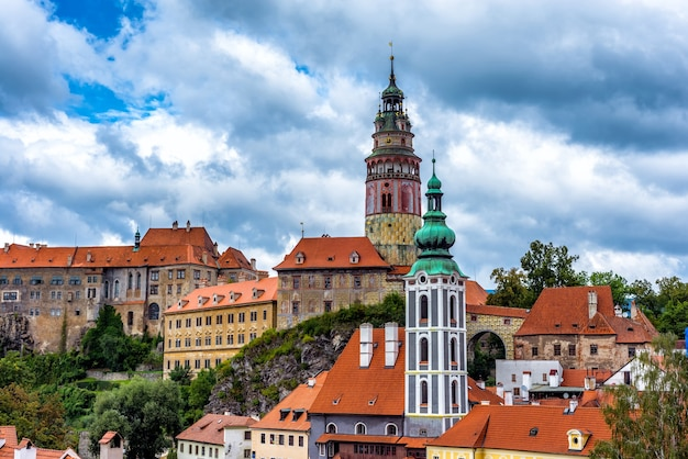Vista da cidade e do castelo de cesky krumlov. república checa