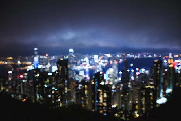 Vista da cidade moderna à noite - fora de foco. luzes de bokeh.