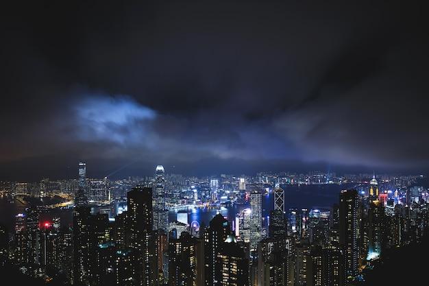 Vista da cidade moderna à noite. hong kong da colina do pico victoria.
