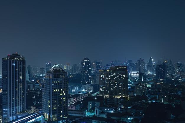 Vista da cidade moderna de bangkok à noite
