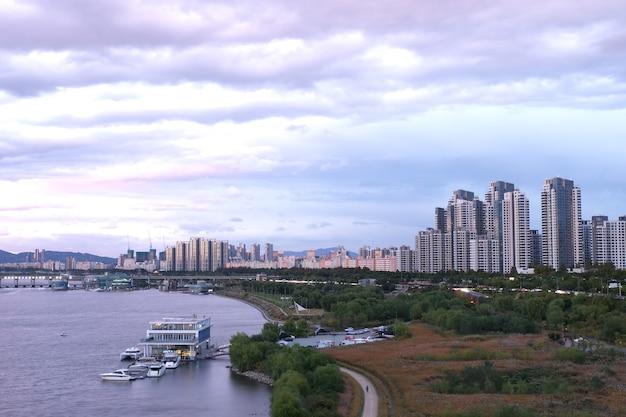 Vista da cidade na ponte de dongjak no rio hun. coreia do sul.