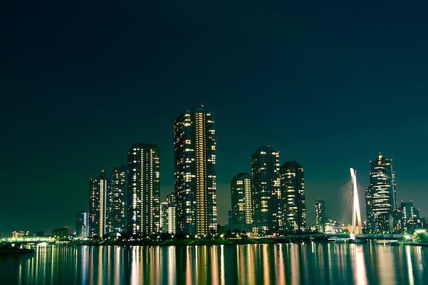 Vista da cidade noturna de tóquio, edifícios modernos no distrito de tsukishima