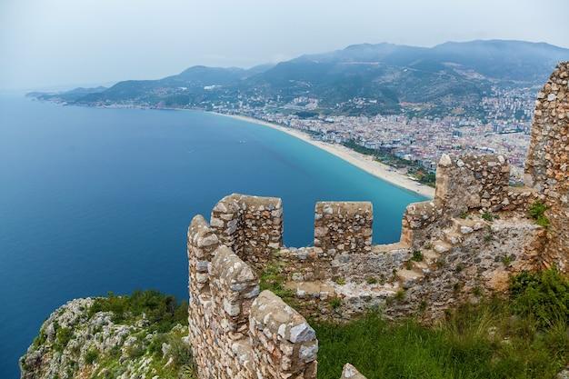 Vista da cidade turística de alanya, o farol no porto de alanya, a antiga fortaleza de alanya