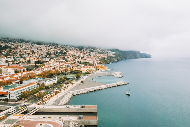 Vista da cidade velha do funchal - a capital da ilha da madeira junto ao oceano atlântico