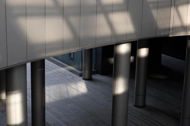 Vista da construção da cidade com sombras à luz do dia