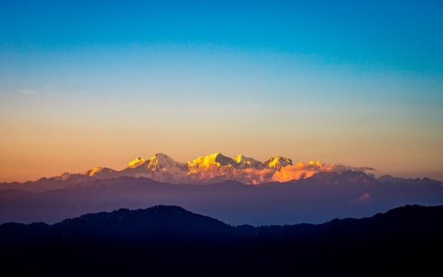 Vista da cordilheira dourada e brilhante do monte ganesh de kathmandu