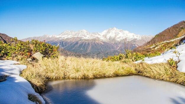 Vista da cordilheira e do lago congelado do pico da montanha achisho no inverno de sochi, rússia