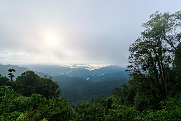 Vista da cordilheira e mar de neblina pela manhã