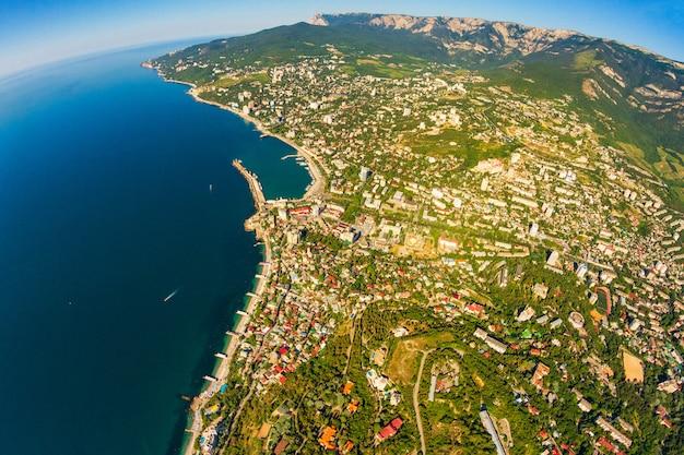 Vista da costa da criméia do topo das montanhas, mar e floresta