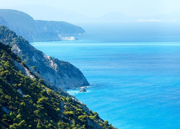Vista da costa da ilha de lefkada no verão (grécia)