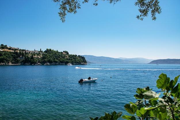 Vista da costa de corfu com iates e vilas