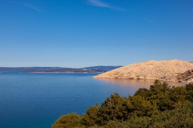 Vista da costa de stara baska durante o verão