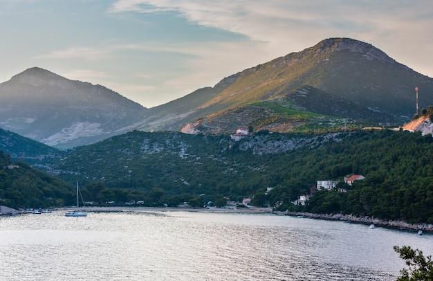 Vista da costa de verão ao anoitecer com praia (ston, península de peljesac, croácia)