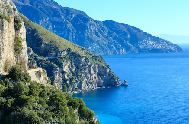 Vista da costa do mar. costa amalfitana itália.
