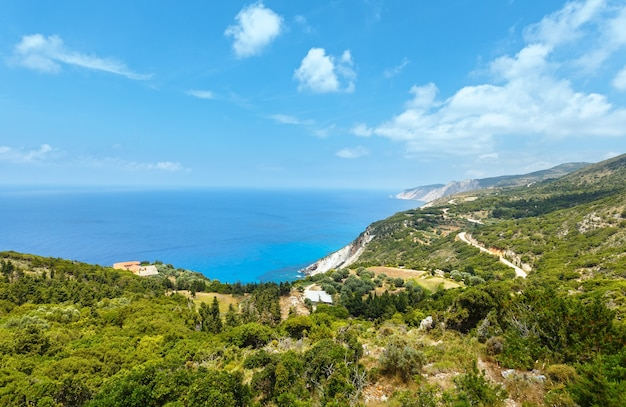 Vista da costa do mar jônico no verão kefalonia, grécia, perto da praia de petani