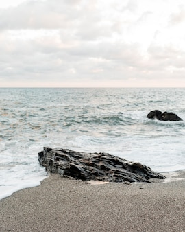 Vista da costa do oceano com pedras