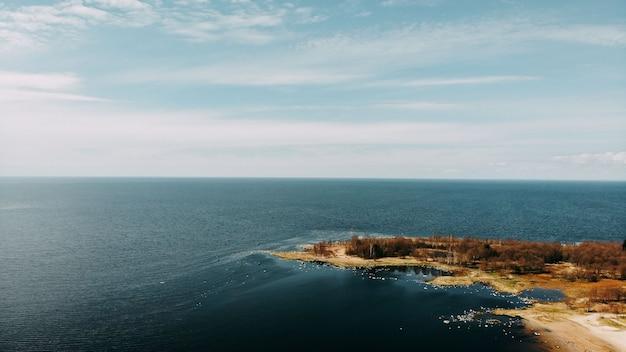 Vista da costa do oceano de quadcopter, areia e pedras na costa do mar. cartão de dia do oceano. vista superior da costa do oceano