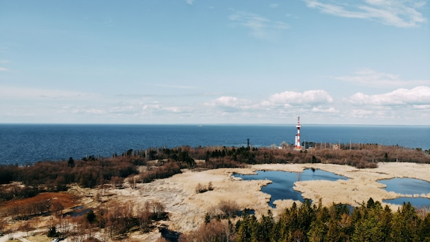 Vista da costa do oceano de quadcopter, areia e pedras na costa do mar. vista superior do oceano costa. horizonte e água azul.