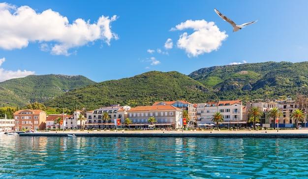 Vista da costa perto de kotor, o mar adritaic, montenegro.