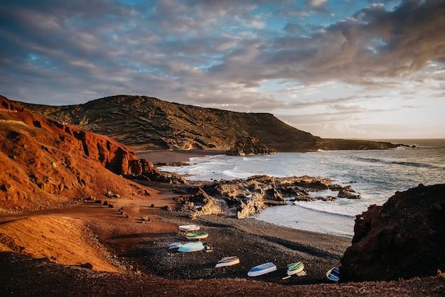 Vista da costa rochosa do oceano atlântico, lanzarote, canárias