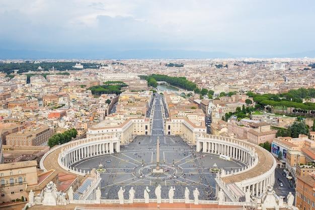 Vista da cúpula da catedral na praça de são pedro no vaticano e panorama aéreo de roma