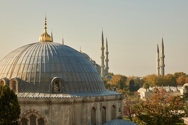 Vista da cúpula e da torre da mesquita contra o céu. turquia istambul