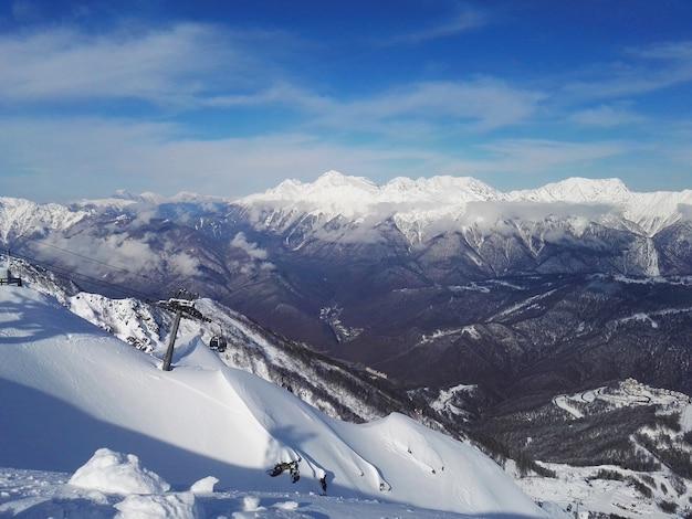 .vista da estação de esqui de inverno para montanhas e encostas