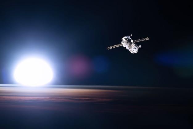 Vista da estação espacial no plano de fundo da terra