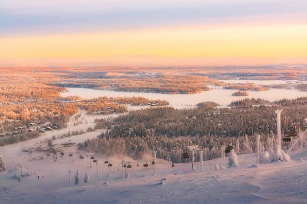 Vista da estância de esqui ruka lapónia finlandesa, por do sol frio do inverno.