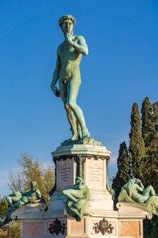 Vista da estátua de davi de michelangelo na piazza michelangelo em florença, itália