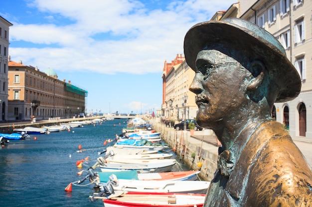 Vista da estátua de james joyce, trieste - itália