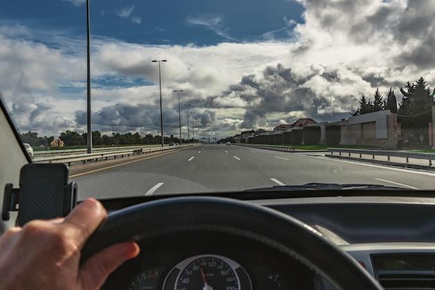 Vista da estrada do salão do carro, dirigindo automóvel