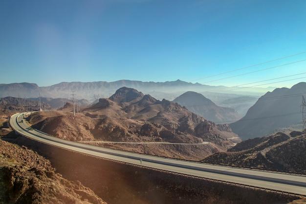 Vista da estrada e da montanha tem a névoa é o belo marco em nevada e arizona, eua