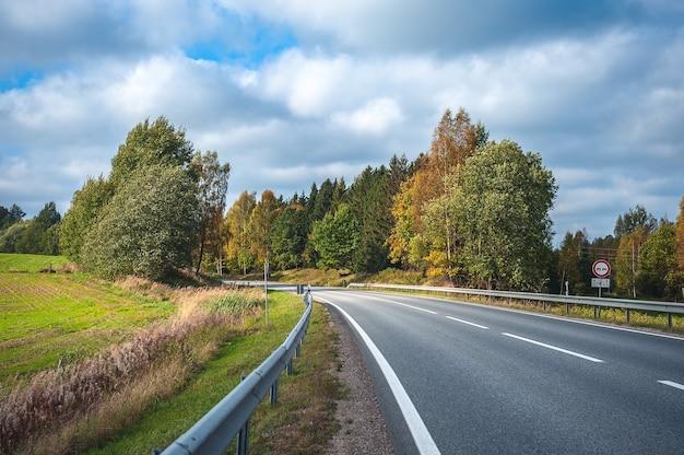Vista da estrada rodoviária no outono. viajando