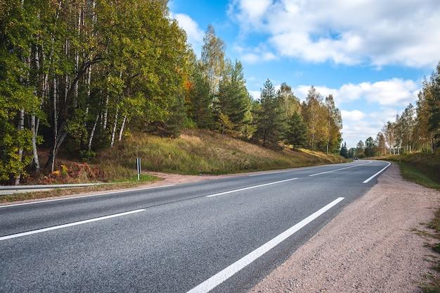 Vista da estrada rodoviária no outono.