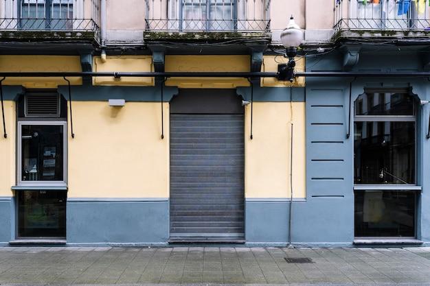 Vista da fachada de um bar fechado