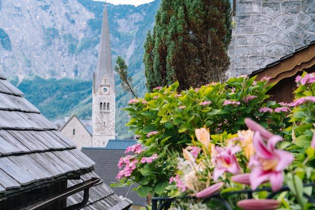 Vista da famosa aldeia de montanha nos alpes austríacos na área de salzkammergut na bela luz no verão. vistas sobre os telhados do lago.