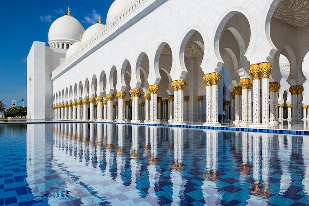 Vista da famosa grande mesquita, abu dhabi, emirados árabes unidos.
