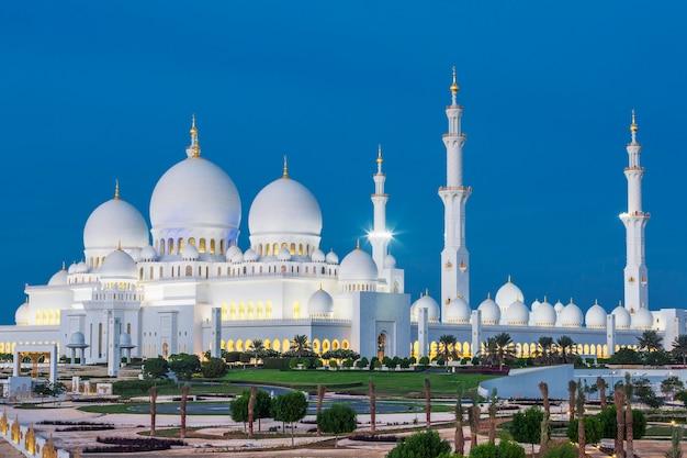 Vista da famosa mesquita sheikh zayed de abu dhabi à noite, emirados árabes unidos.