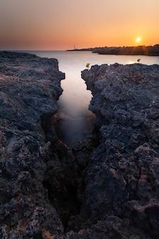 Vista da famosa pont d'en gil, na costa oeste de menorca