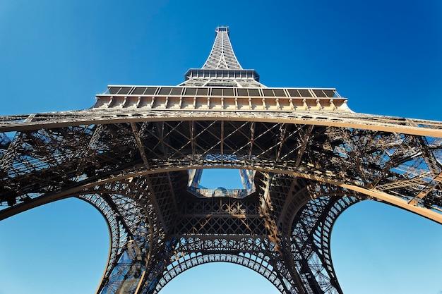 Vista da famosa torre eiffel com céu azul, frança