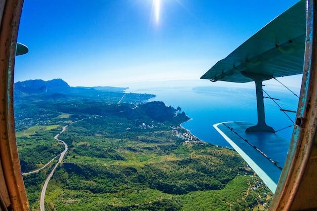 Vista da floresta e montanhas do avião